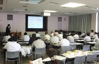 ~諏訪靖二氏 略歴~ 1968年大阪工業大学土木工学科終了後、地盤専門のコンサルタント業に従事。2005年諏訪技術士事務所を設立し代表就任、現在に至る。この間、軟弱地盤および地盤改良問題の専門家として、大阪湾の埋立事業にはほとんど関与しながら、地城地盤の研究にも従事し、近畿地方の地盤図作成に関与。1980年代から宅地トラブルにも関与してきた。研究成果約480編(査読論文11編含む) 2001年からは大阪地方裁判所の調停員、専門委員に就任し、地盤に起因する建築紛争の解決に関与している。