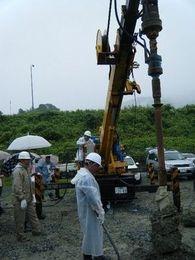 「地盤改良研修」・・・雨の中での現場研修 現場の皆様の苦労を実感